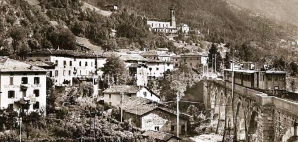Treno passaggeri in transito sul viadotto di Lenna (archivio P. A. Marchese), da www.ferrovieabbandonate.it